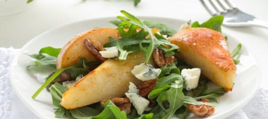 Salada de folhas verdes com peras e molho de ricota